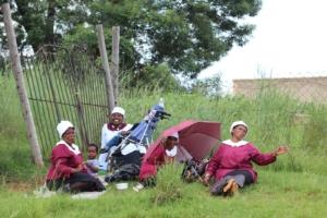 Frauen nach dem Kirchgang an einem Sonntag in Südafrika